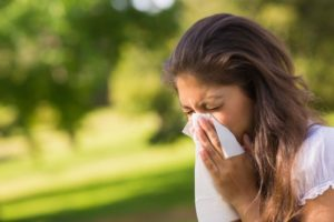 Аллергия - девушка чихает