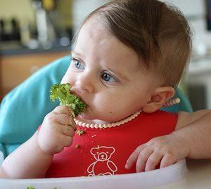 Ребенок с брокколи