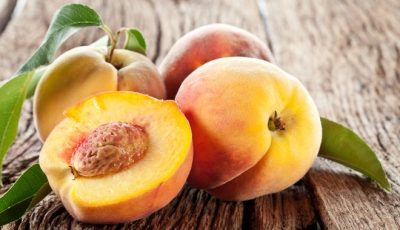 Персики лежат на столе