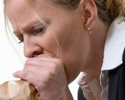 Тошнота как один из симптомов аллергии осенью