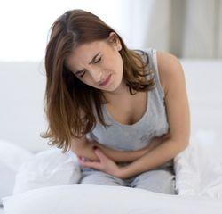 Боль в животе является одним из возможных симптомов гиперчувствительности к крахмалу