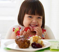 Ребенок ест сладкое