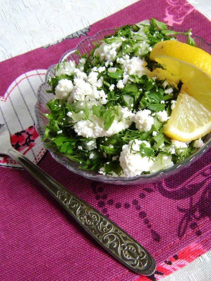 Салат с творогом и зеленью большая
